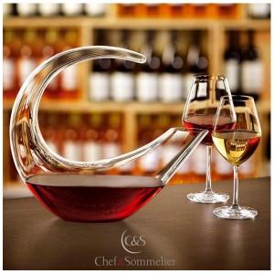 La carafe Grand Finale par CHEF & SOMMELIER est une carafe soufflée à la bouche selon un savoir-faire ancestral qui se destine principalement à la décantation des grands vins